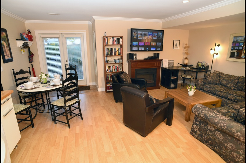 Open plan dining & living area at Ferry Walk House, Horseshoe Bay